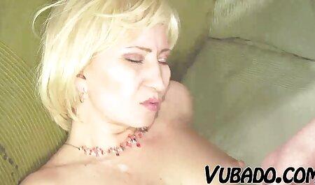 در آشپزخانه, یک سکس سکس چت زن نوجوان fucks در و تقدیر در بیدمشک طاس