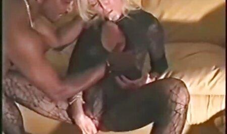 در حالی که انجام سکس چت گروهی سرقت, مجرمان متوجه یک مورد از جنس لزبین داغ