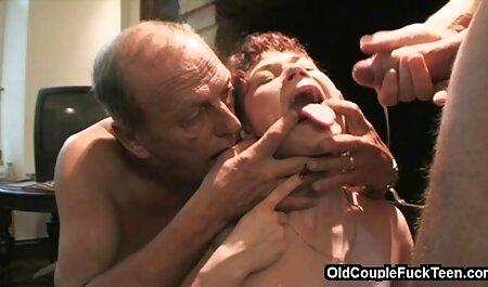 مرد خالکوبی و دو زن خالکوبی انجام یک چت انلاین سکسی ترفند خنده دار