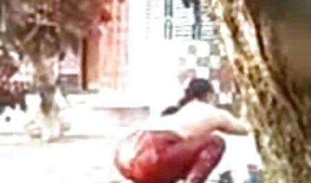 به درخواست مخاطبان, یک دانش آموز خالکوبی گمراه یک دختر در چت انلاین سکسی شمار مختلف