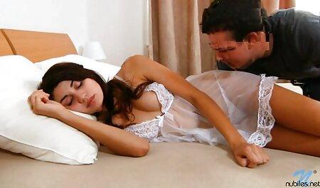 او فیلم برداری از یک دختر زرق و برق دار چت سكسي انلاين در دوربین و او را با سرطان زیر کلیک