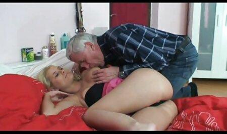 یک کیر در دو دهان یک دانش آموز در طول سکس چت شهوانی یک حزب